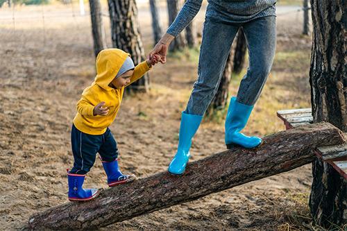 enfant jouer aide parent